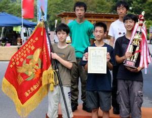 優勝旗とトロフィーが授与されました。