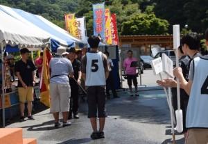 昨年同点優勝の桐朋・灘の2校から優勝旗・トロフィーの返還