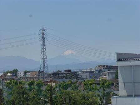 送電線背後の富士山